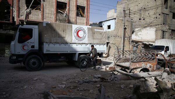 Ayuda humanitaria de Media Luna Roja en Duma, Siria - Sputnik Mundo