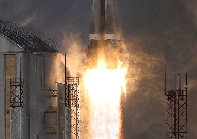 El cohete portado Soyuz-2.1b en el momento de despegue (archivo)