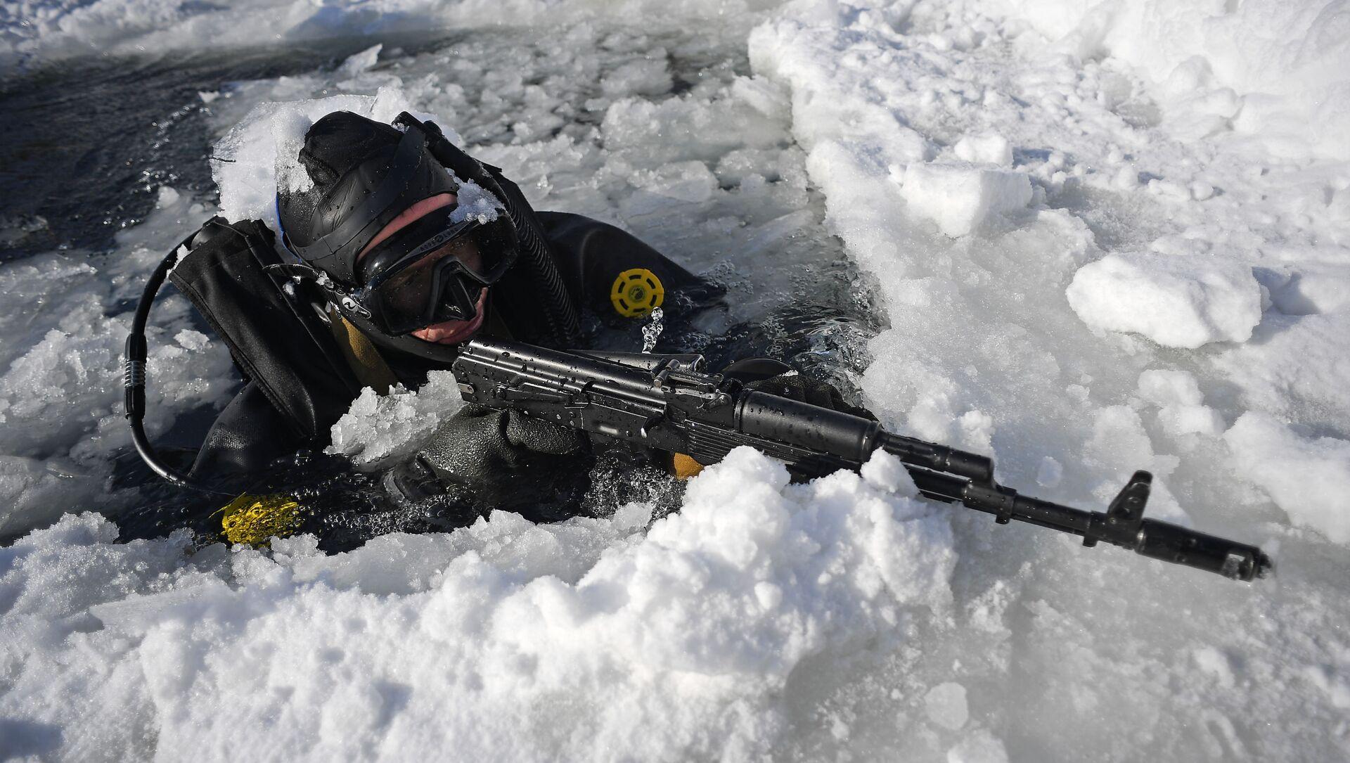Bajo agua y hielo: así se entrenan los submarinistas de la Guardia Nacional de Rusia - Sputnik Mundo, 1920, 09.03.2018