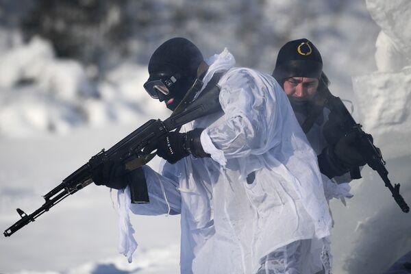 Bajo agua y hielo: así se entrenan los submarinistas de la Guardia Nacional de Rusia - Sputnik Mundo