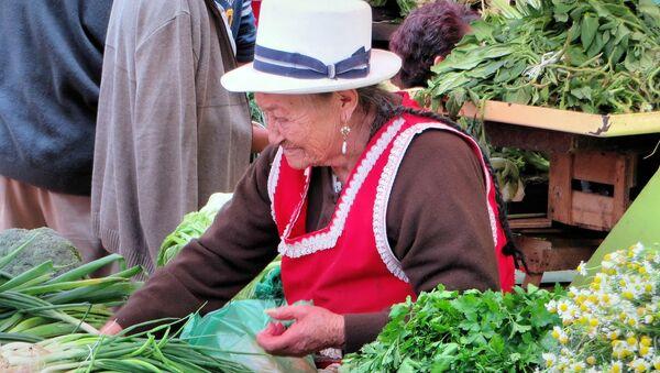 Mujer rural vende en un mercado en Ecuador - Sputnik Mundo