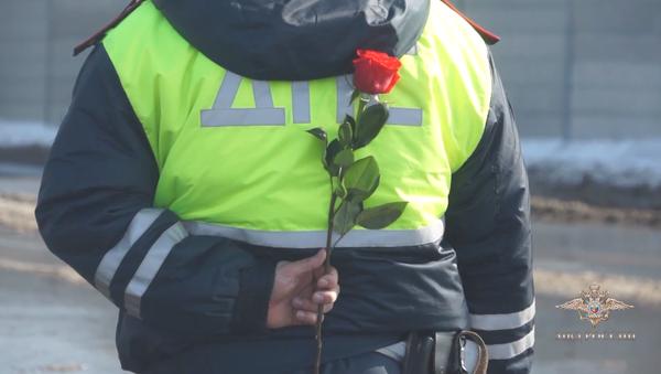 Los policías de Rusia aprovecharon la ocasión del Día Internacional de la Mujer para sorprender a las damas del país y demostrar la caballerosidad de los hombres rusos - Sputnik Mundo