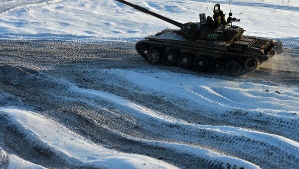 Un tanque sobre la nieve (imagen referencial) - Sputnik Mundo