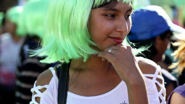 Una joven argentina con una peluca verde en la marcha del Día Internacional de la Mujer - Sputnik Mundo