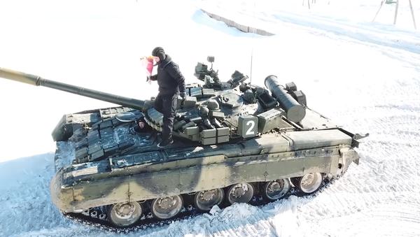 Militares rusos rinden homenajes a las mujeres del país el 8 de marzo - Sputnik Mundo