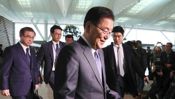 El consejero de seguridad nacional de Corea del Sur, Chung Eui-yong (centro) y el jefe de espionaje Suh Hoon (izqd.), miembros de la delegación surcoreana - Sputnik Mundo