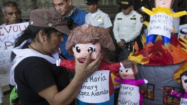 Las muñecas representan a las 41 niñas guatemaltecas que fallecieron en el incendio  - Sputnik Mundo