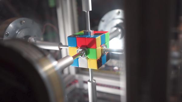 Sólo en cámara lenta podemos ver a este robot resolver un cubo de Rubik - Sputnik Mundo
