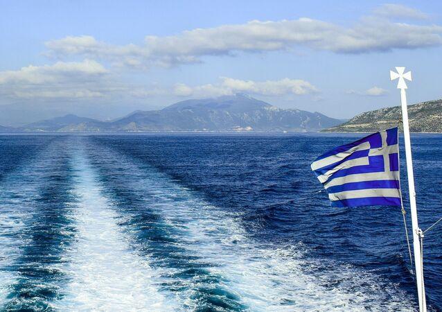 Las aguas del Egeo y la bandera de Grecia