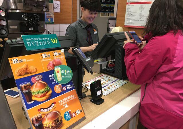 Un McDonalds chino con el menú multinacional