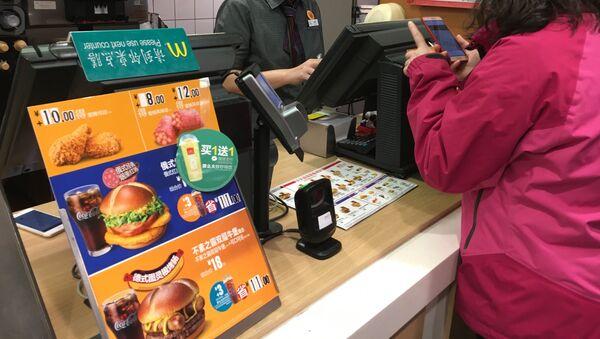 Un McDonalds chino con el menú multinacional - Sputnik Mundo