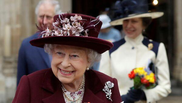 La reina Isabel II sale de la Abadía de Westminster en Londres - Sputnik Mundo
