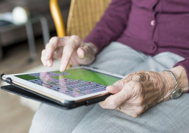 Una anciana usa una tableta
