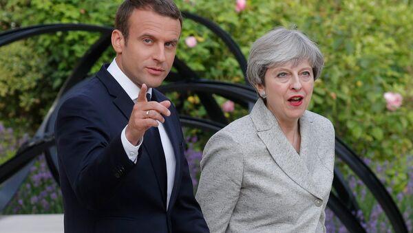 Presidente de Francia, Emmanuel Macron, y primera ministra del Reino Unido, Theresa May - Sputnik Mundo