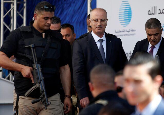 Rami Hamdalá (centro), el primer ministro palestino