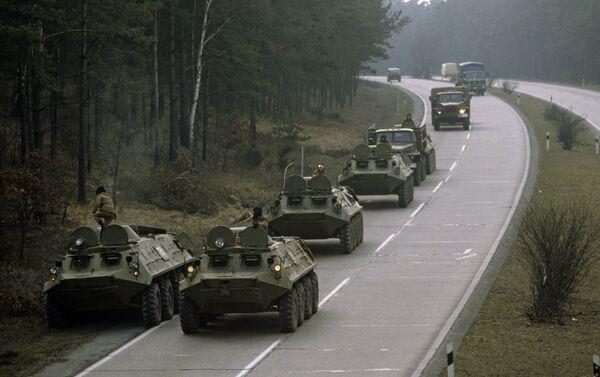 Transportes blindados del personal soviéticos en una autopista en Alemania (archivo) - Sputnik Mundo