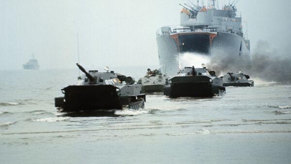 Vehículos blindados del Ejército Popular Nacional de Alemania del Este desembarcan en una playa durante unas maniobras (archivo) - Sputnik Mundo
