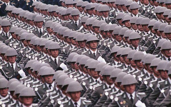 Un desfile militar en Alemania del Este (archivo) - Sputnik Mundo