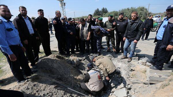 Lugar de la explosión de una bomba al paso del convoy del primer ministro palestino, Rami Hamdalá - Sputnik Mundo