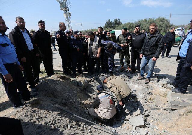 Lugar de la explosión de una bomba al paso del convoy del primer ministro palestino, Rami Hamdalá