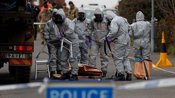 Un equipo de militares británicos trabajando en el lugar en el que Skripal y su hija se desplomaron en el suelo - Sputnik Mundo