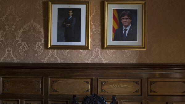 Los retratos del Rey de España, Felipe VI, y el expresidente de Cataluña, Carles Puigdemont (archivo) - Sputnik Mundo