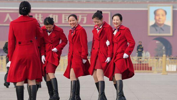 Las bellas anfitrionas de la reunión de la Asamblea Nacional Popular de China - Sputnik Mundo