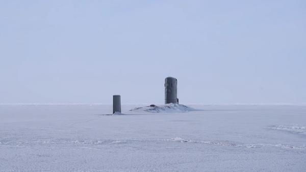 El buque sumergible HMS Trenchant de la Marina Real Británica emergió del hielo en el Ártico - Sputnik Mundo