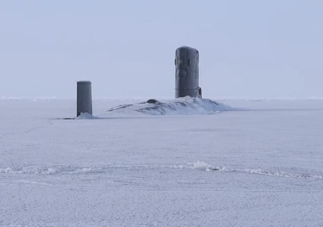 El buque sumergible HMS Trenchant de la Marina Real Británica emergió del hielo en el Ártico
