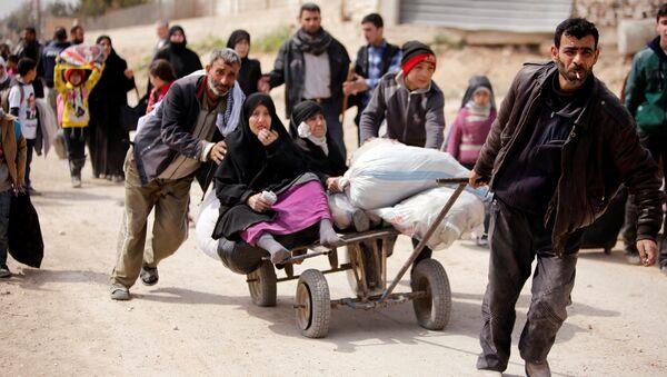 Civiles abandonando Guta Oriental, Siria (archivo) - Sputnik Mundo