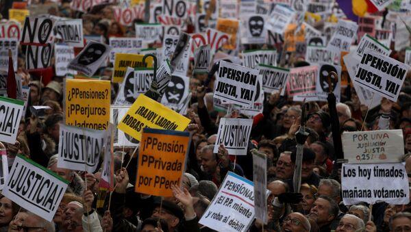 Protesta en Madrid por la baja subida de las pensiones - Sputnik Mundo