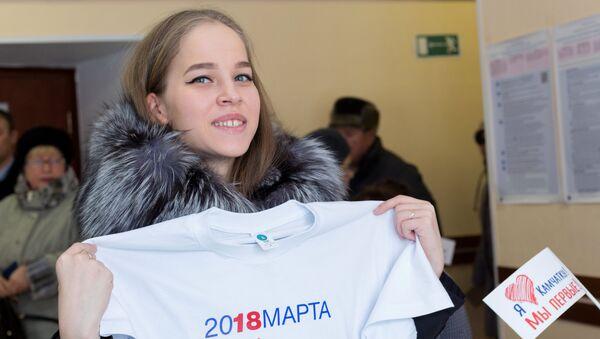 Una chica en un colegio electoral en Petropávlovsk-Kamchatski, Rusia - Sputnik Mundo