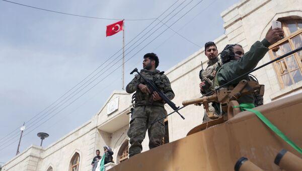 El Ejército turco iza la bandera en el centro de la ciudad siria de Afrín - Sputnik Mundo