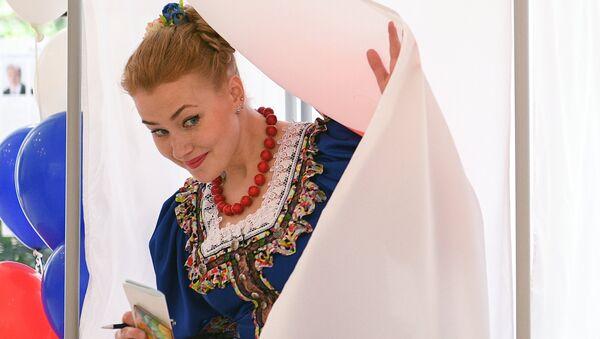 Una ciudadana rusa toma parte en las elecciones presidenciales - Sputnik Mundo