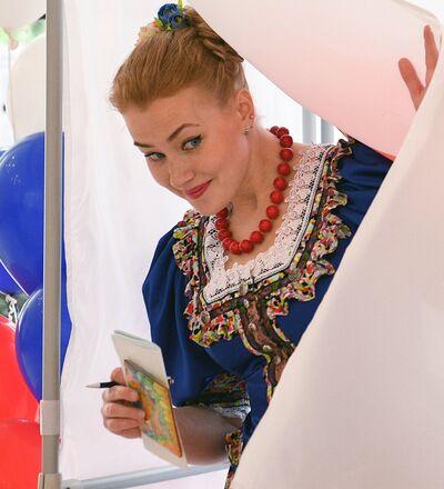 Una ciudadana rusa toma parte en las elecciones presidenciales