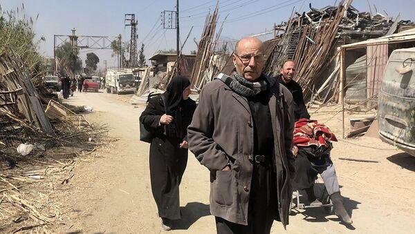 Los civiles abandonan el suburbio de Damasco de Guta Oriental - Sputnik Mundo