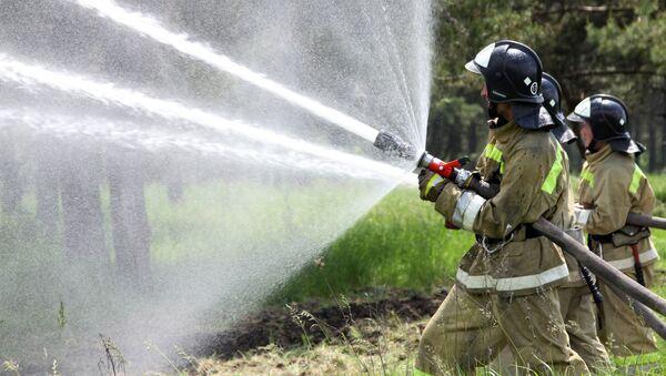 Unos bomberos (imagen referencial) - Sputnik Mundo
