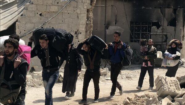 Civiles abandonando el suburbio de Damasco de Guta Oriental (archivo) - Sputnik Mundo