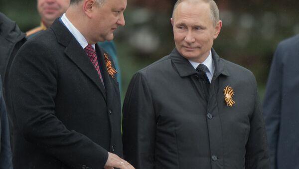 Igor Dodon, presidente de Moldavia, y Vladímir Putin, presidente de Rusia, durante la celebración del Día de la Victoria sobre el nazismo en Moscú, 9 de mayo de 2017 - Sputnik Mundo