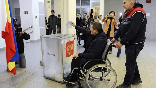 Hombre vota en las presidenciales de Rusia - Sputnik Mundo