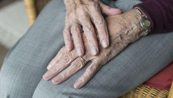 Las manos de una anciana (imagen referencial) - Sputnik Mundo
