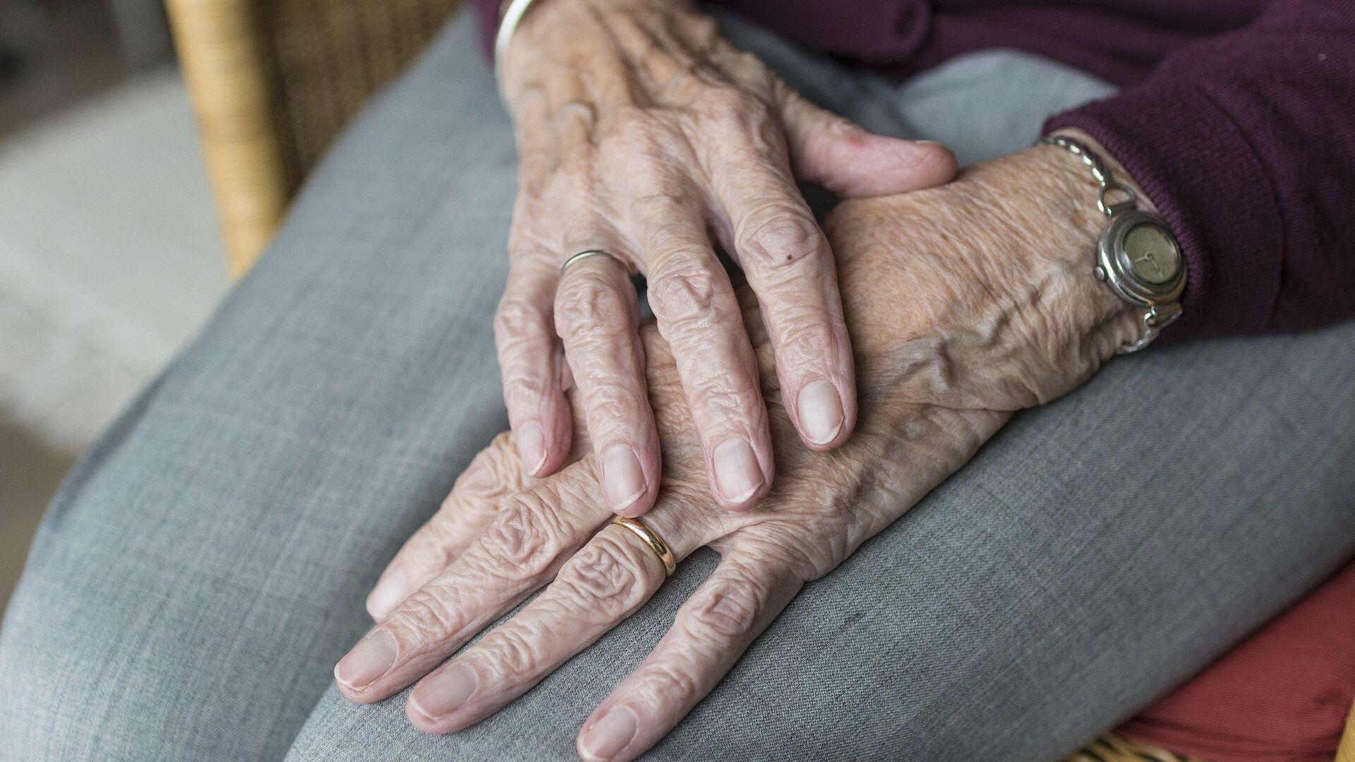 Las manos de una anciana (imagen referencial) - Sputnik Mundo, 1920, 02.04.2021