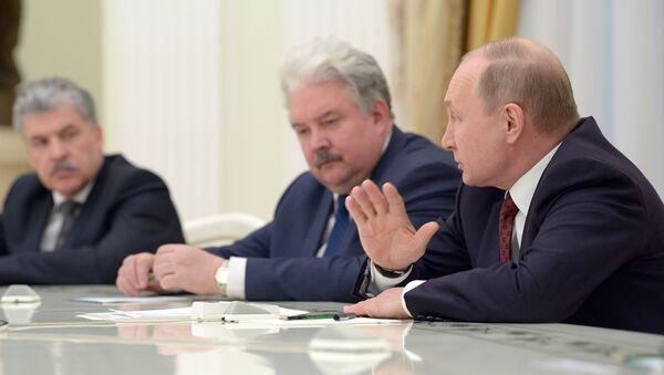 Vladímir Putin, presidente de Rusia, en una reunión con sus contrincantes en las elecciones presidenciales - Sputnik Mundo