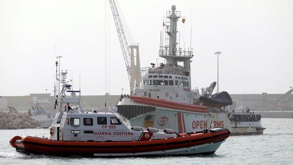 Barco de la ONG española Open Arms en el puerto de Pozallo, Italia - Sputnik Mundo