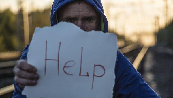 Un hombre pide ayuda - Sputnik Mundo
