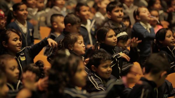Participantes del proyecto 'Cien mil niños al Mayor' del Teatro Mayor de Bogotá - Sputnik Mundo