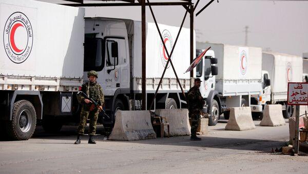 Militares rusos patrullan el convoy humanitario de Media Luna Roja (archivo) - Sputnik Mundo