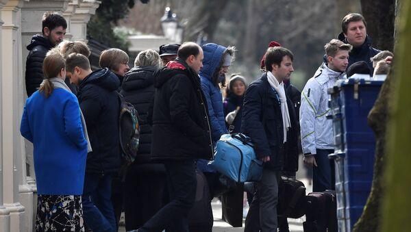 Diplomáticos rusos y sus familiares abandonan la embajada rusa en Londres - Sputnik Mundo