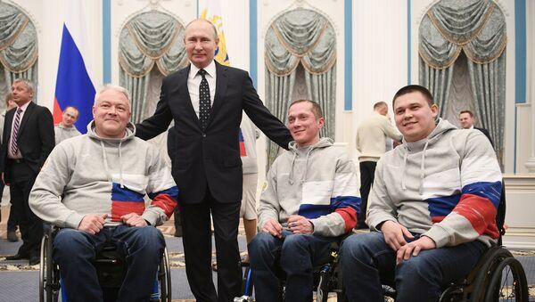 Vladímir Putin, presidente de Rusia, se reune con deportistas paralímpicos rusos - Sputnik Mundo