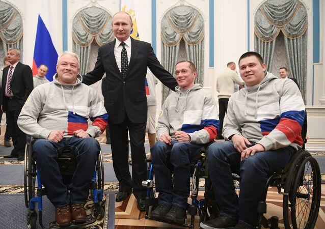 Vladímir Putin, presidente de Rusia, se reune con deportistas paralímpicos rusos